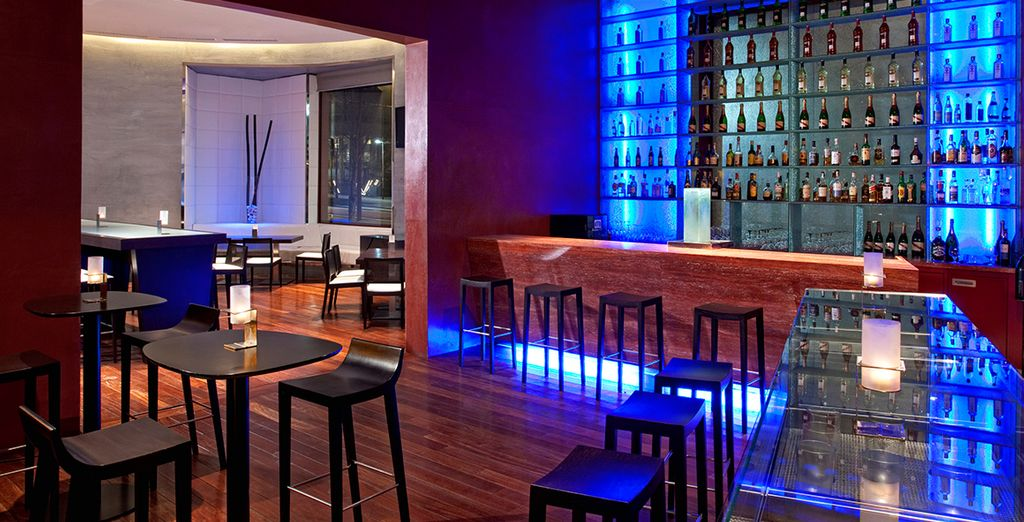 Relax in the evening with a drink in the stylish bar
