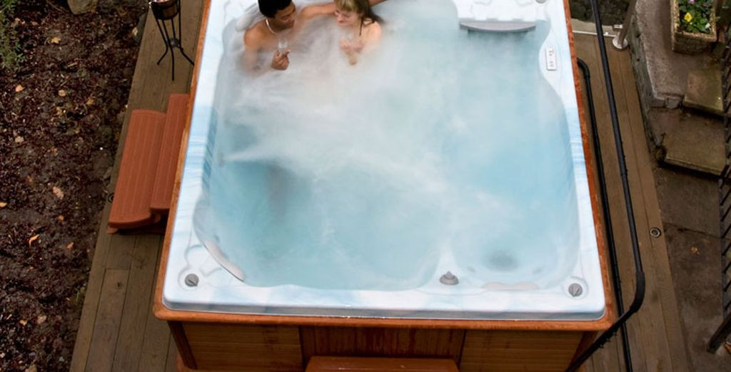 Or warm up in the outdoor hot tub - bliss!