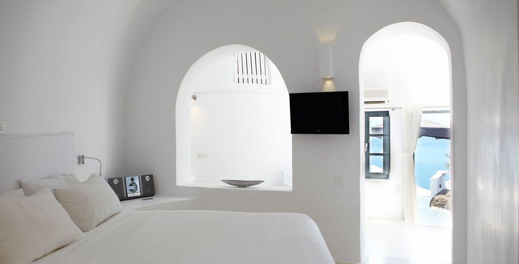 Relax in a spacious Junior Suite - Sun Rocks 5* Santorini