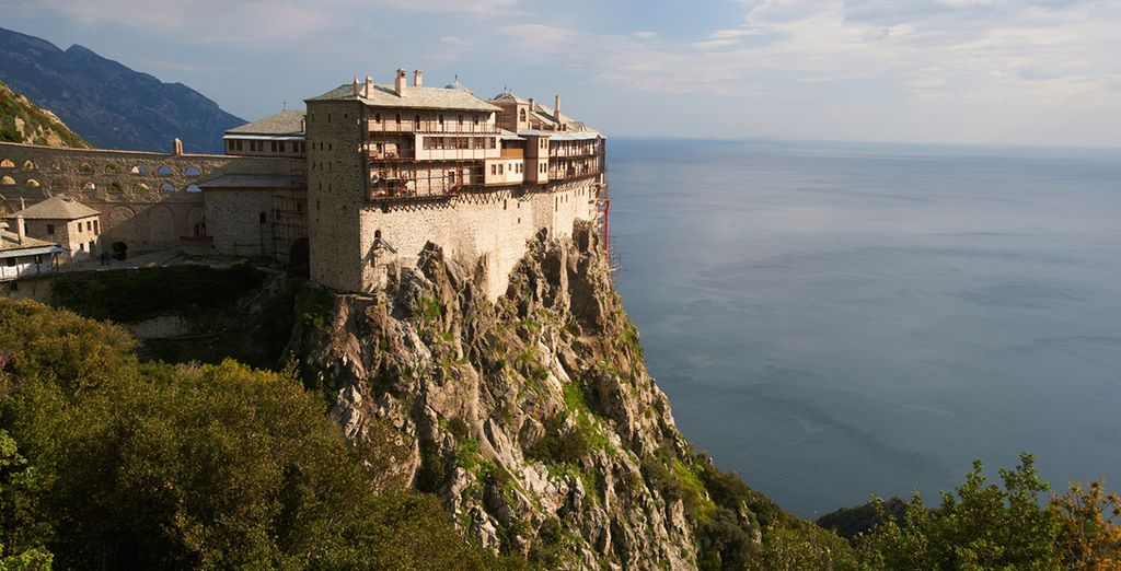 Close to magnificent sites like the Simonos Petras monastery