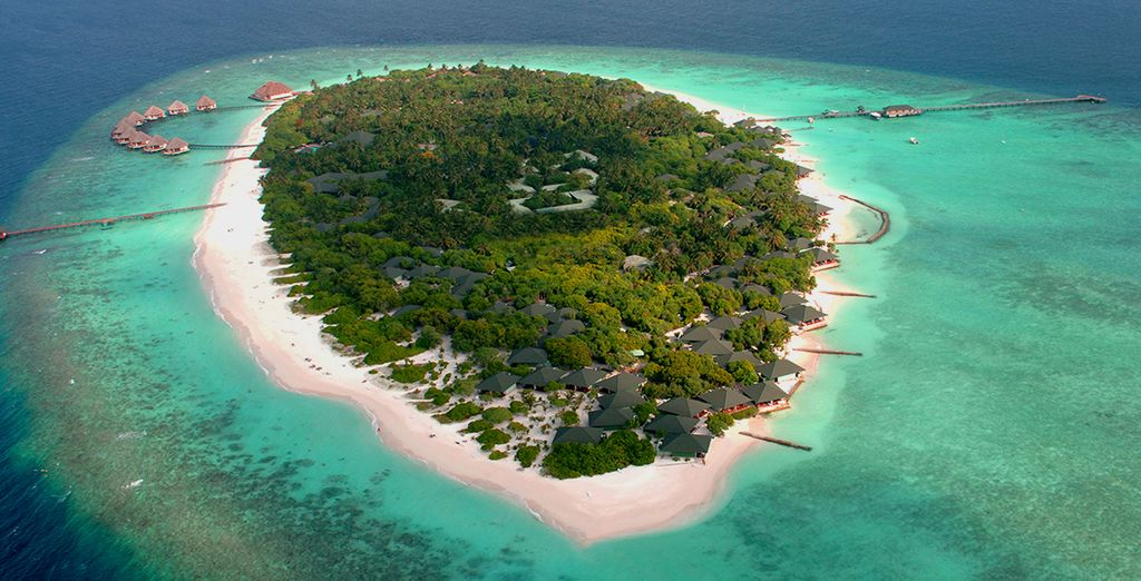 The turquoise blue waters stretch for as far as the eye can see... - Adaaran Select Meedhupparu 4* Male