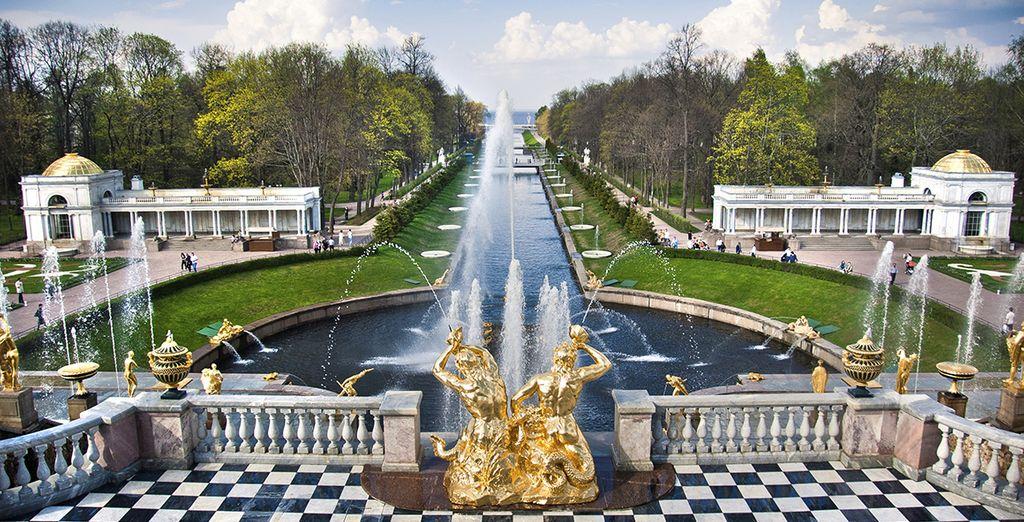 Stroll through the gardens of Peterhof ...