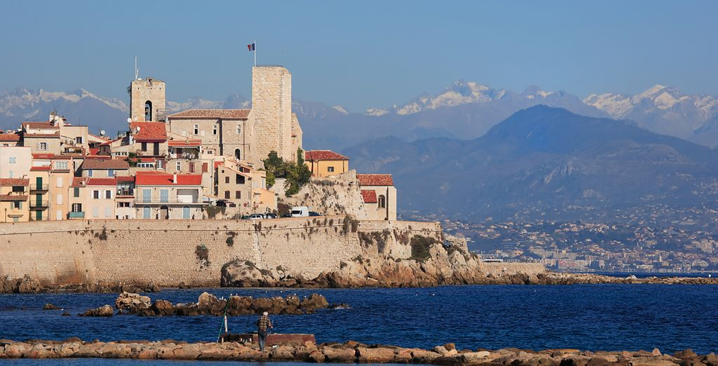 Antibes is 10 mins away and Cannes is 20 mins away!