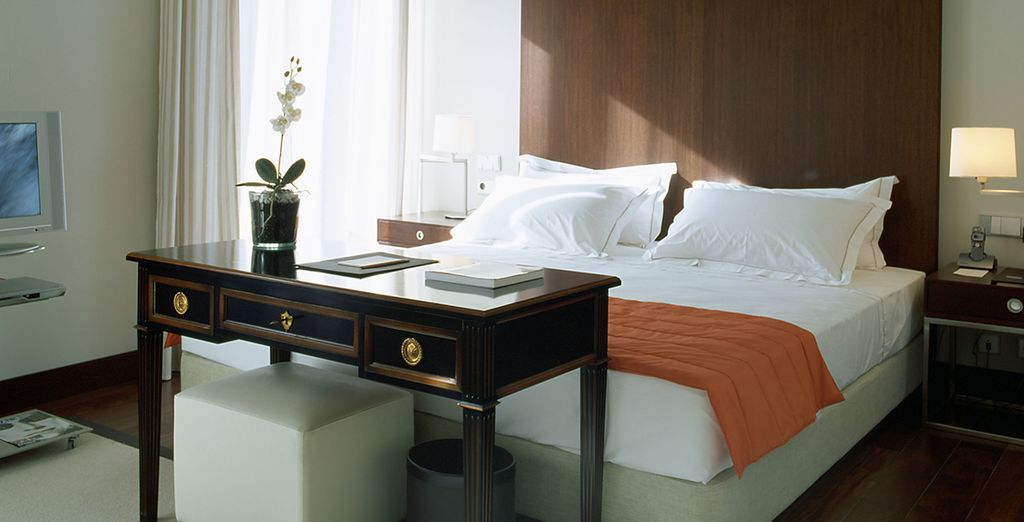Make your way to a spacious & chic Dreamers Room