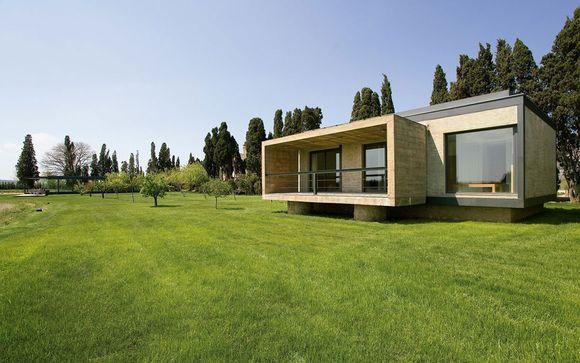 Moderno diseño rodeado de jardines y naturaleza