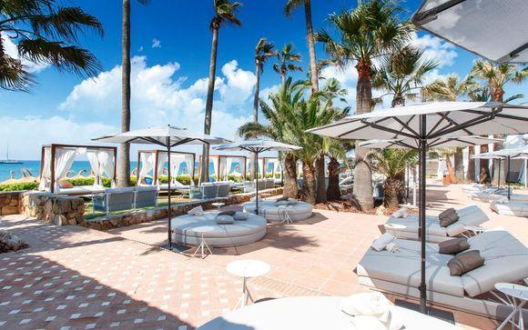 Rodeado de jardínes tropicales y con acceso a la playa