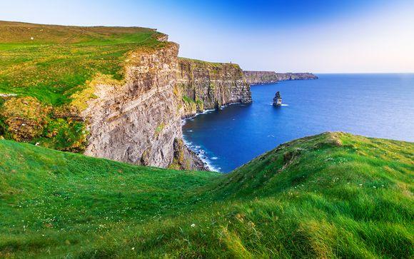 Le strade e i cieli d'Irlanda in auto
